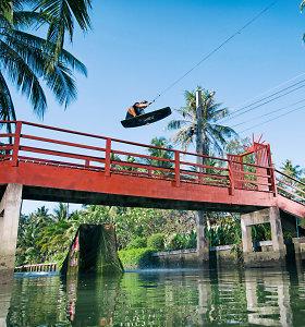 Įspūdingas pasivažinėjimas vandenlente Bankoko upe