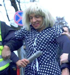 Olegui Šurajevui teks susimokėti ne tik už nuomotą suknelę: po mitingo – bauda