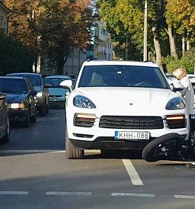 """Vilniuje susidūrė VW, motociklas ir """"Porsche"""": žmonės nesužeisti, bet policijos prireikė"""