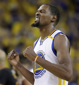 MVP titulą ir NBA žiedą K.Durantas šventė apsikabinęs mamą