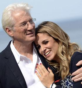 Richardas Gere'as prieš 70-ąjį jubiliejų dar kartą tapo tėčiu: perpus jaunesnė žmona pagimdė sūnų