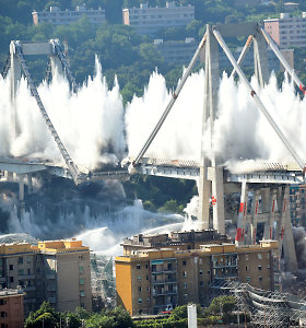 Per įspūdingą kontroliuojamą sprogimą Genujoje nugriautos tragedija paženklinto tilto liekanos