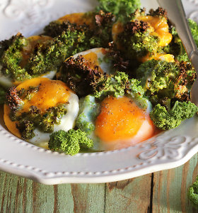Lėtiems savaitgalio pusryčiams: su lapiniais kopūstais ir pomidorais kepti kiaušiniai