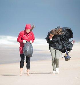 Vienu šūviu – du zuikiai: eidama 50 km žygį pajūriu Inga renka šiukšles
