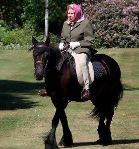 Anglijos karalienė jodinėja žirgu