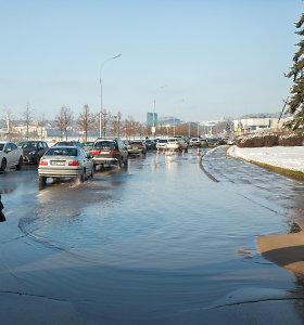 Vilniaus Upės gatvė buvo atsidūrusi po vandeniu – čia sprogo vamzdis