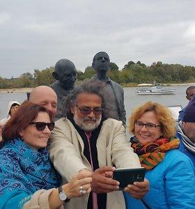 Rusnėje atidengta skulptūra Indijos herojui M.Gandhi ir jo draugui litvakui