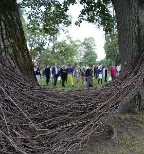 Raudondvario dvaro parką papuošė žemės meno kūriniai