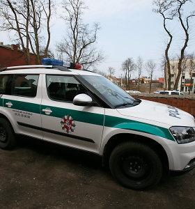 """Nesaugiai važiuojantį """"Audi"""" gaudę Šiaulių apskrities pareigūnai nulėkė nuo kelio"""