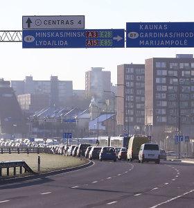Vilniuje po kelių policijos būstinės langais susidūrė iškart 5 automobiliai