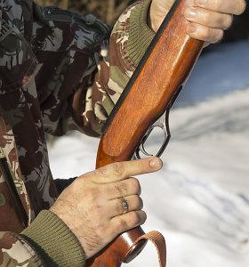 Į Seimą grįžta siūlymas medžioklėje įteisinti naktinius taikiklius ir duslintuvus