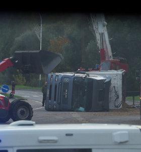 Techninės pagalbos tarnyboms teko pasiraitoti rankoves: Elektrėnuose vertėsi sunkvežimis