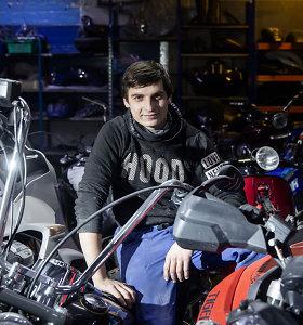 Pamatykite, kur motociklai naktimis prisikelia antram gyvenimui: prie brolių dirbtuvių rikiuojasi eilės