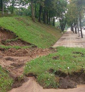 Liūtis Vidurio Lietuvoje: skendo automobiliai, slinko nuošliaužos, tvino pastatai