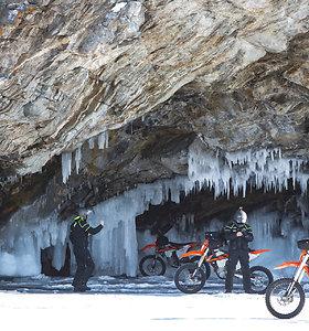Karolio Mieliausko iššūkis pavyko: 6 motociklininkai ir UAZ pervažiavo užšalusį giliausią ežerą