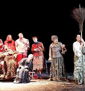 Premjera visai šeimai: Jaunimo teatro aktoriai vyrai ruošiasi virsti raganomis