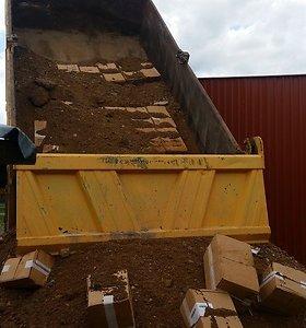 Nelegalus 65 tūkst. eurų vertės krovinys buvo užmaskuotas žvyru