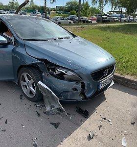 """Naktį sudaužytas """"Volvo"""": kaunietė įtaria, kad kaltininkas buvo ir girtas, ir """"kažko vartojęs"""""""
