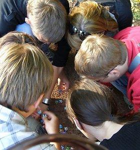 Pamokos kitaip: iš nekalto pajuokavimo gimė mokyklos tradicija mokytis žygio metu