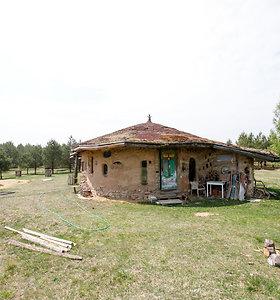 Menininkė namus Gojaus kaime lipdė iš molio
