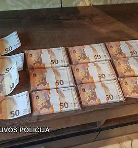 Pareigūnams įkliuvo padirbtus eurus internetu atsisiuntęs ir jais daiktus pirkęs jaunuolis