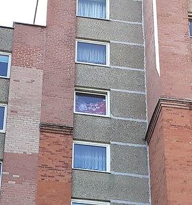 Daugiabučio lange Klaipėdoje – sovietinė vėliava
