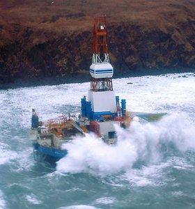 Aliaskoje ant seklumos išmesta naftos platforma paskatino kalbas apie katastrofą