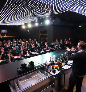 """""""Bacardi ir Martini"""" mokykla barmenams - pasaulinės žvaigždės mokė Baltijos šalių barmenus"""