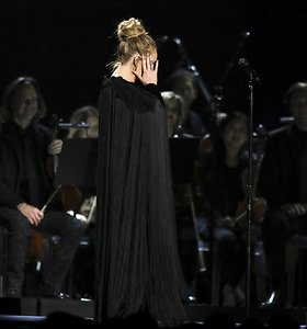 Pagerbiant G.Michaelo atminimą Adele sudainuoti jo kūrinio nepavyko iš pirmo karto