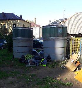 Perpildyti konteineriai šalia S.Dariaus ir S.Girėno g. 5C