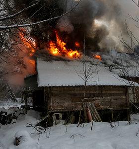 Vilniuje sugėrovų degančiame name paliktą vyrą ugniagesiai gelbėjo pjaudami grotas
