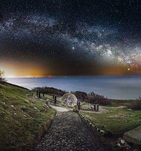Jei žvaigždžių šviesos trilijonus kartų daugiau nei Saulės, tai kodėl naktį tamsu?