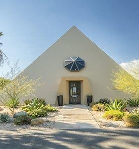 Išskirtinės architektūros pavyzdys: parduodamas piramidės formos namas