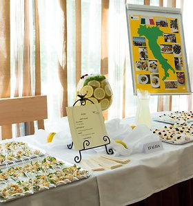 """Programos """"Erasmus+"""" stažuotėse išmoktų gaminti patiekalų furšetas. Savo patirtį pristato Vilniaus turizmo ir paslaugų verslo mokyklos mokiniai"""