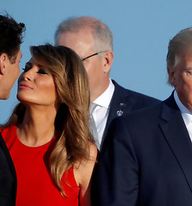 Netikėtas Melanios Trump bučinys tapo interneto sensacija – internautai pasijuokė ir iš D.Trumpo