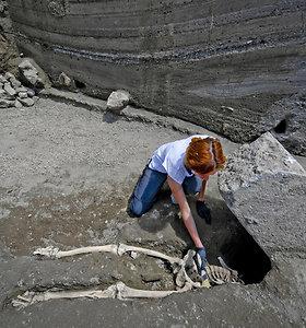 Nauji radiniai Pompėjos griuvėsiuose: archeologai aptiko akmens prispausto vyro skeletą