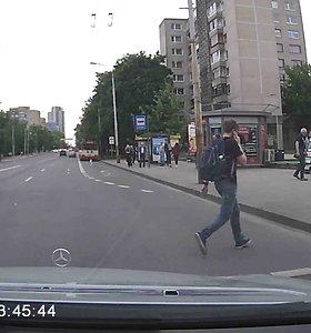 Per plauką: vairuotojui vos pavyko išvengti neatsargiai besielgiančio pėsčiojo