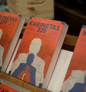 """Teismas priėmė 15min skundą: aiškinsis, ar galima knygos """"Kabinetas 339"""" reklamoje naudoti premjero vardą ir pavardę"""