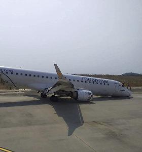 Mianmare lėktuvas nutupdytas be priekinių važiuoklės ratų