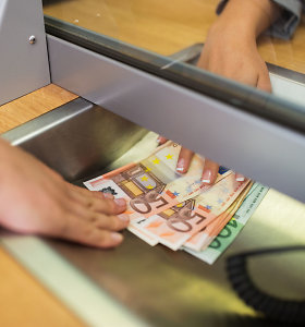 Metinė infliacija euro zonoje išliko neigiama ketvirtą mėnesį iš eilės