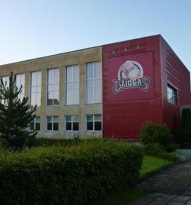 """Telšių """"Džiugo"""" gimnazijos fasadas tarnauja sūrio reklamai"""