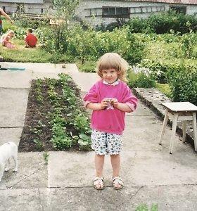 Atspėkite, kas ši žavi mergaitė nuotraukoje, kuri vaikystėje padegė tėčio mašiną