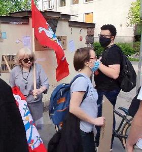 Žmogaus teisių centro vadovė B.Sabatauskaitė susikivirčijo su eisenos oponentais: nuplėšė plakatą