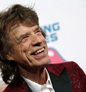 """Mickas Jaggeris pranešė """"sveikstąs"""" po širdies operacijos"""