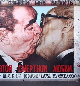 Sovietinė meilė: kodėl aukščiausi komunistų lyderiai vieni kitus sveikindavo bučiniu?