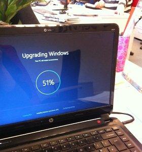 """Po atidėliojimų ir techninių problemų vėl galima atsinaujinti """"Windows 10"""""""