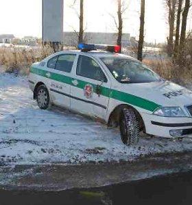 Girtas vairuotojas nesugebėjo apvažiuoti stovinčios policijos: sužalojo Birštono pareigūną