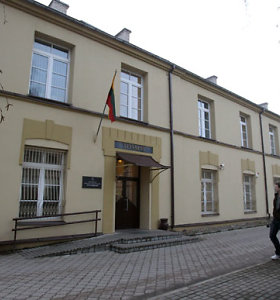 Kuriozinė gelbėjimo operacija Kėdainiuose: įsilipęs į teismo balkoną, paauglys negalėjo iš jo išlipti