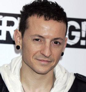 """Nusižudė grupės """"Linkin Park"""" lyderis Chesteris Benningtonas"""