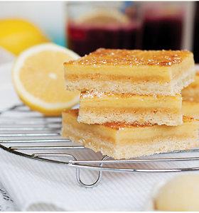 15 nuostabių citrininių kepinių: nuo trupiniuočio iki keksiukų ar trapių kvadratėlių